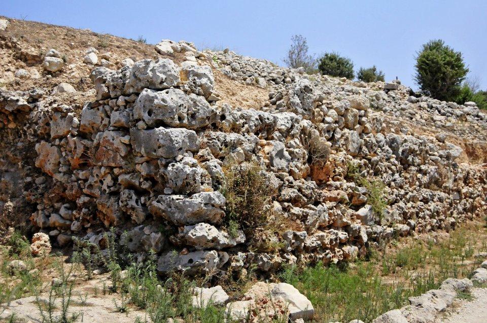 Мощные стены Шило, шириной от 3 до 5.5 метров, окружали небольшую территорию города в 17 дунамов
