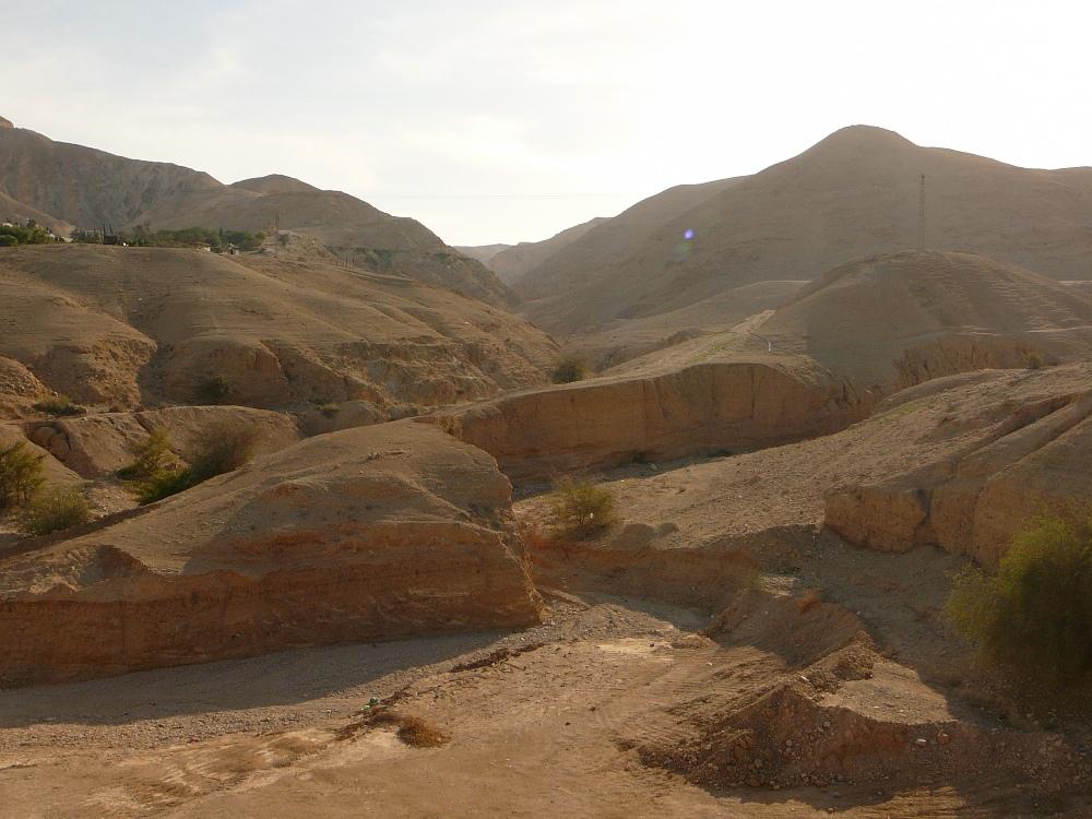 Здесь, из стана возле Йерихо, поднималась еврейская армия во главе с Йеошуа Бен Нуном на помощь своим союзникам, жителям Гивона, 3300 лет назад
