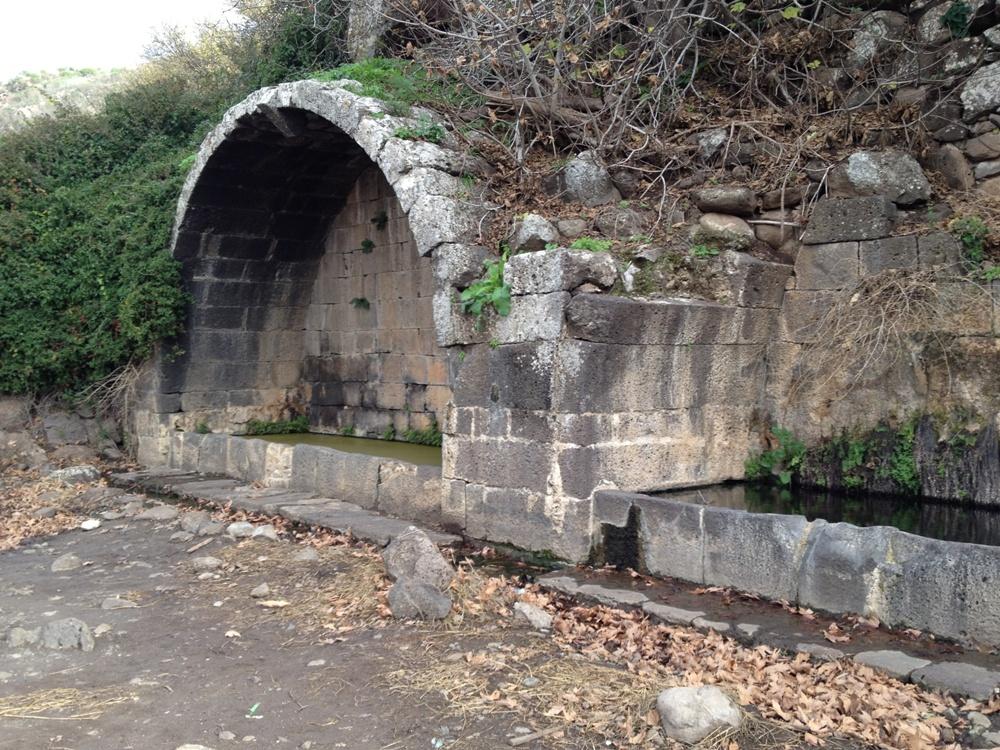 Эти древние арки повлияли на арабское название этого места - Ум эль Канатир - Мать Арок