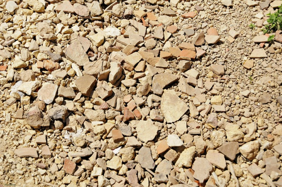 Остатки разбитой древней посуды в раскопках Шило
