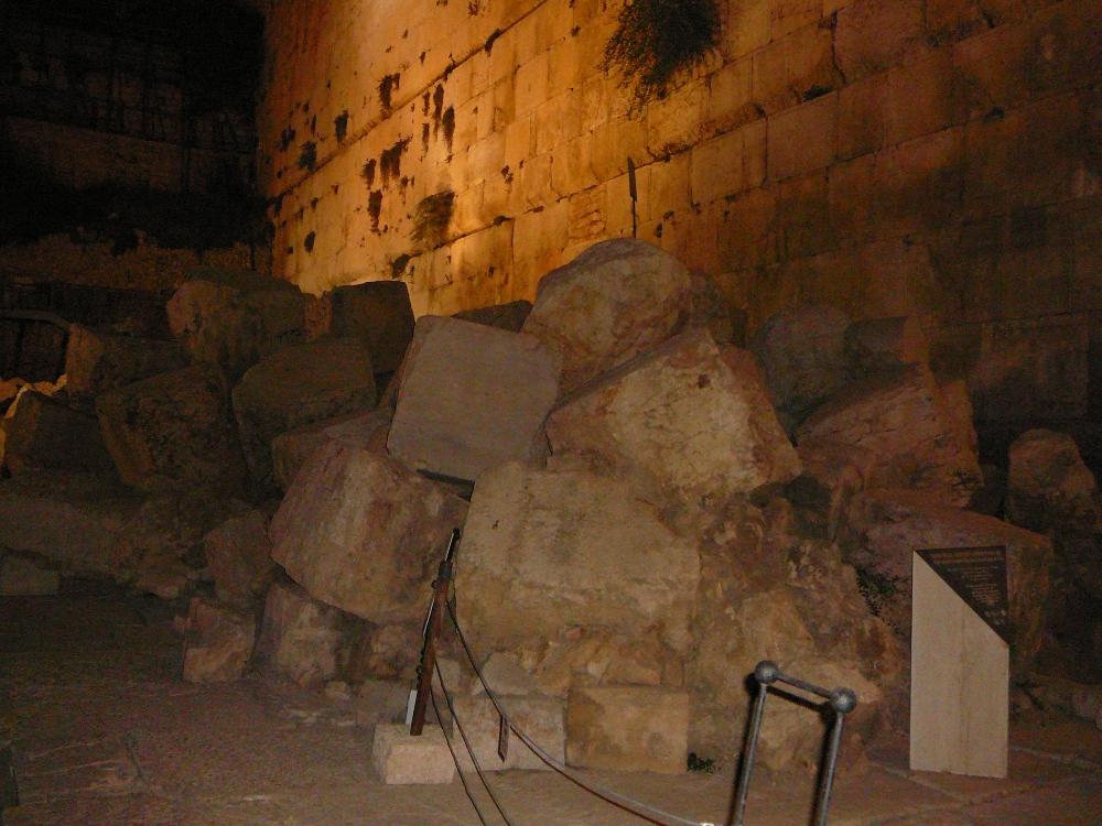 Эти нагромождения камней Западной Стены являются лучшим свидетельством разрушения Иерусалима в 70 году н.э.
