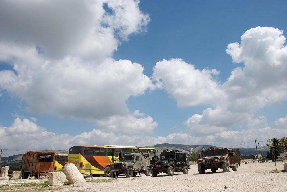 Мы здесь - армейские джипы сопровождают наши автобусы