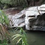 Бассейн вырубленный в скале, источник Ами