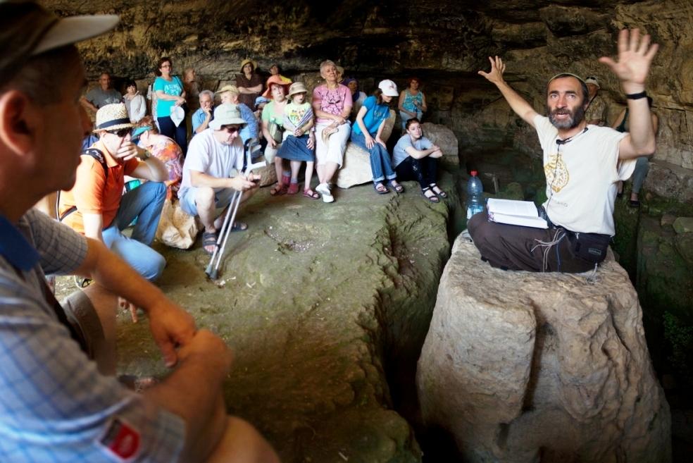 В пещере в Бейт-Эле, экскурсия по Израилю с Танахом в руке