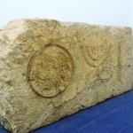 Украшение с менорой и финиковой пальмой из древней синагоги
