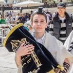 С книгой Торы - Бар Мицва у Стены Плача в Иерусалиме