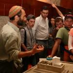 Возле макета Храмовой горы - на экскурсии в туннелях Западной стены