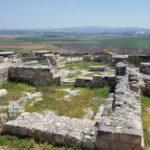 Раскопки церкви крестоносцев на фоне Изреельской долины, тель Йокнеам