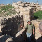 При входе в лабиринт повстанцев, Хурват Бургин