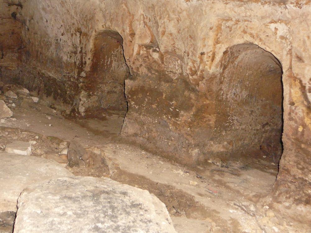 Внутри пещеры захоронения