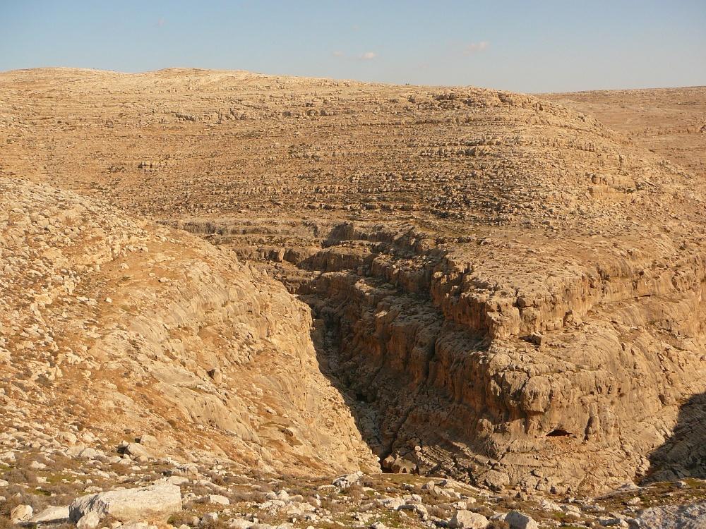 Это название идет от древнего еврейского городка распологавшегося на северной стороне ущелья