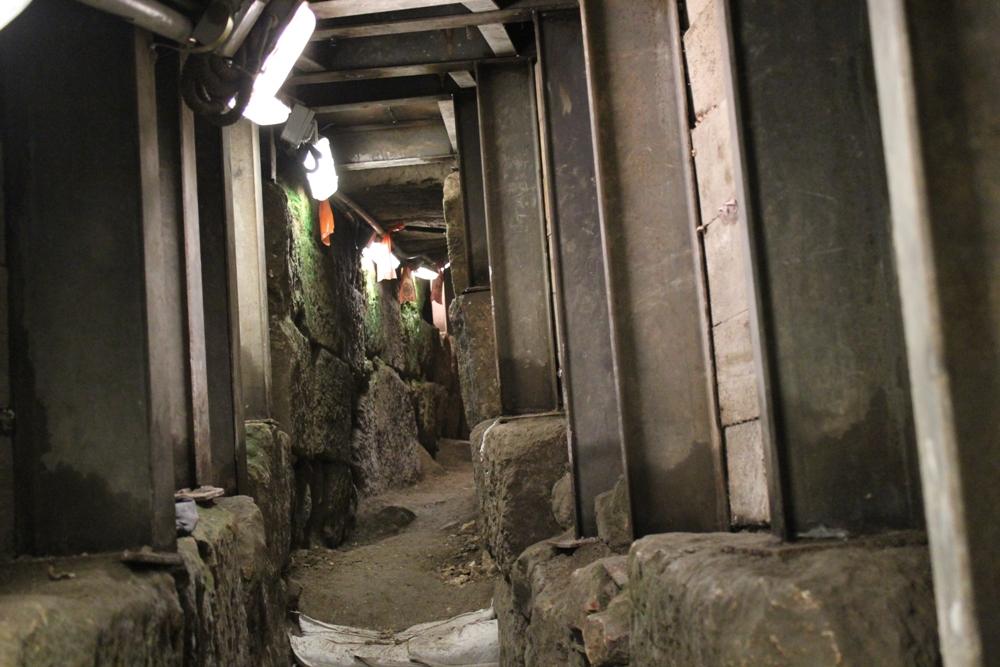 Недавно в этом туннеле был найден золотой колокольчик времен Второго Храма