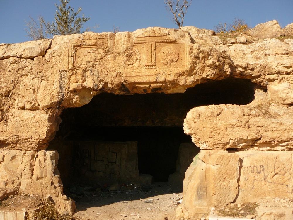 Вход в пещеру захоронения - недалеко от Отниэля