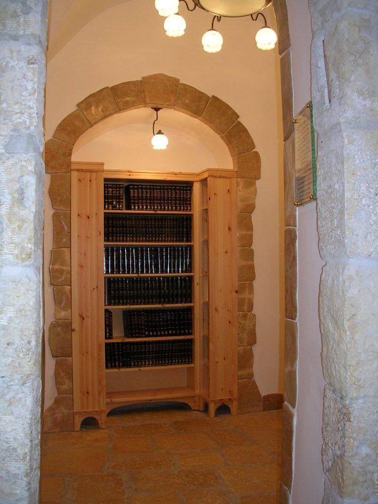 Украшение книжного шкафа синагоги