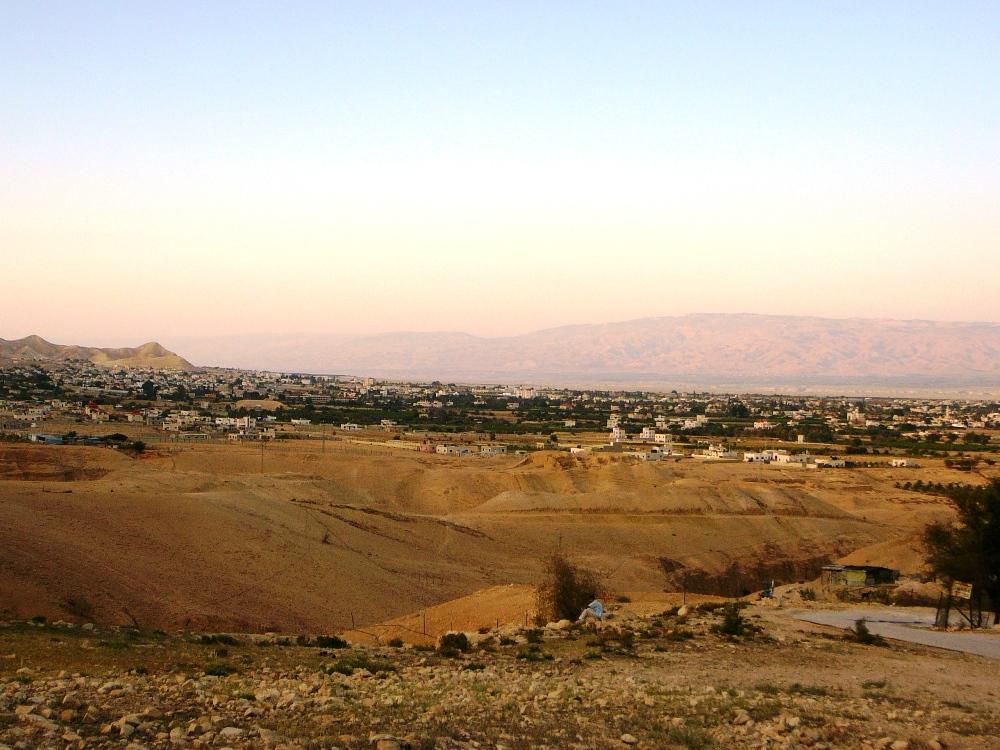 Вдалеке виднеются Моавские горы
