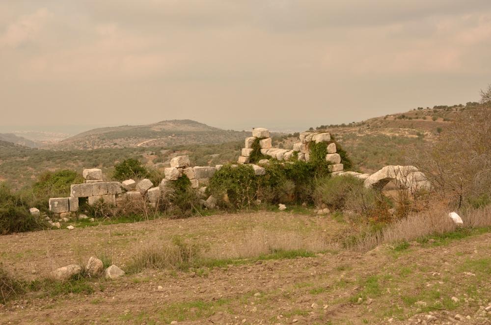 Руины общественного здания на западном склоне холма Хурват Самара