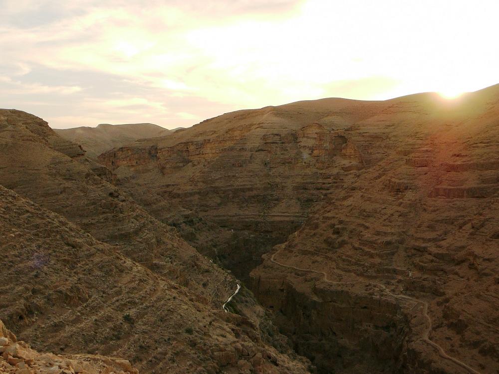 Древняя дорога, соединяющая Иерусалим с Йерихо, проходит над ущельем
