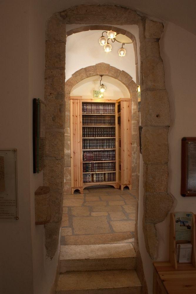 Проход и шкаф с книгами в синагоге Менуха Рохель