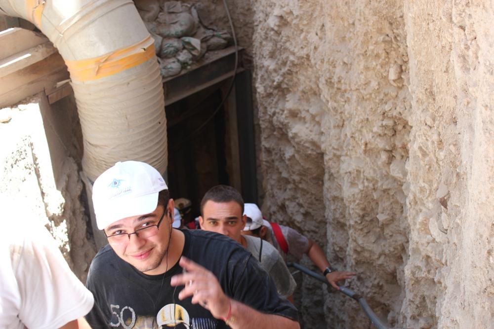 Группа Таглита из Кавказа поднимается из подземного тоннеля в Древнем Иерусалиме