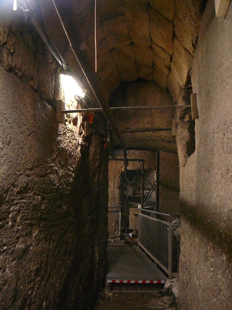 Туннель, улица да и большая часть Храмовой Горы были построенны во времена Ирода на месте предыдущих сооружений