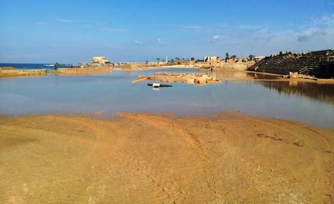 Ипподром Кейсарии затопленный водой