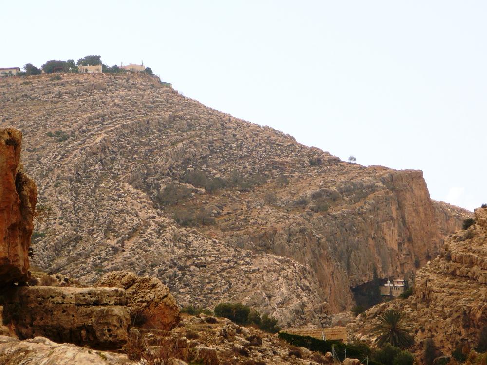 Наверху - поселение Анатот (Альмон), внизу - источник Прат и христианский монастырь