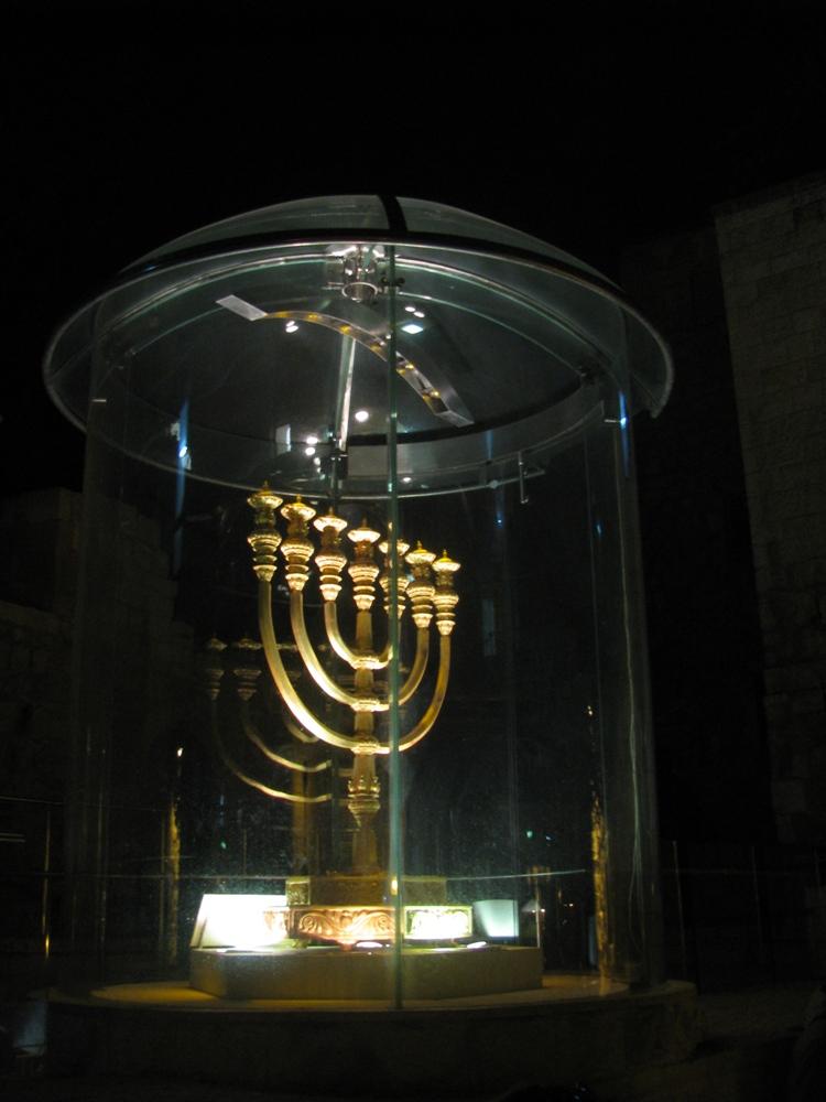 Золотая менора в еврейсом квартале