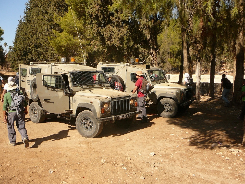 армейские джипы сопровождения