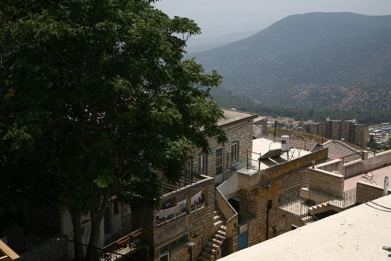 Дома Цфата на фоне горы Мирон