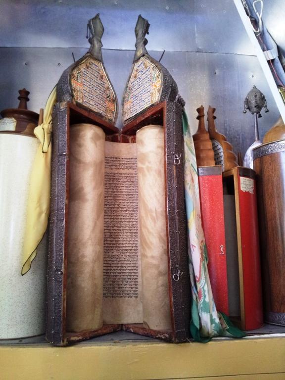 Старые свитки Торы в синагоге Оэль Моше в Иерусалиме