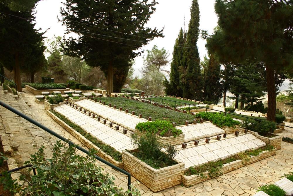 На военном кладбище на горе Герцеля в Иерусалиме