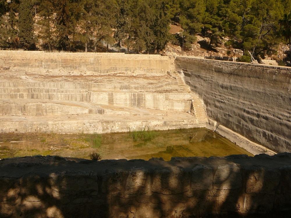 арабы выкачивают воду из древних бассейнов - предназначенную для поломников в Иерусалимский Храм