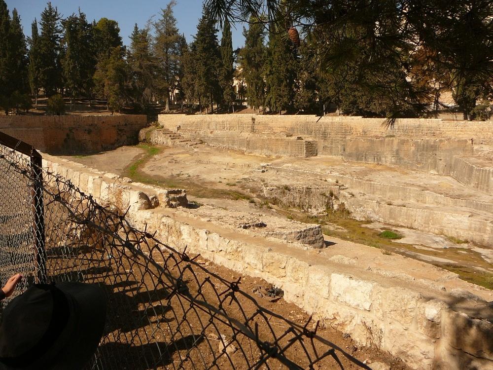 С этого бассейна выходил Нижний акведук, который вел воду в Храм