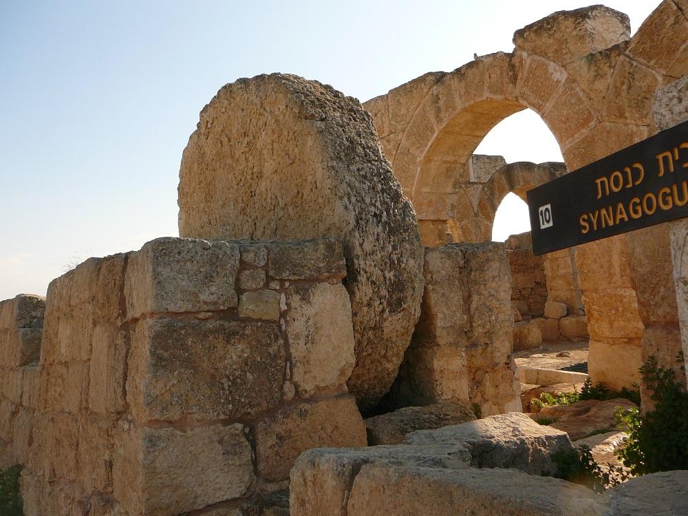 Круглый камень защищавший вход в синагогу Сусии