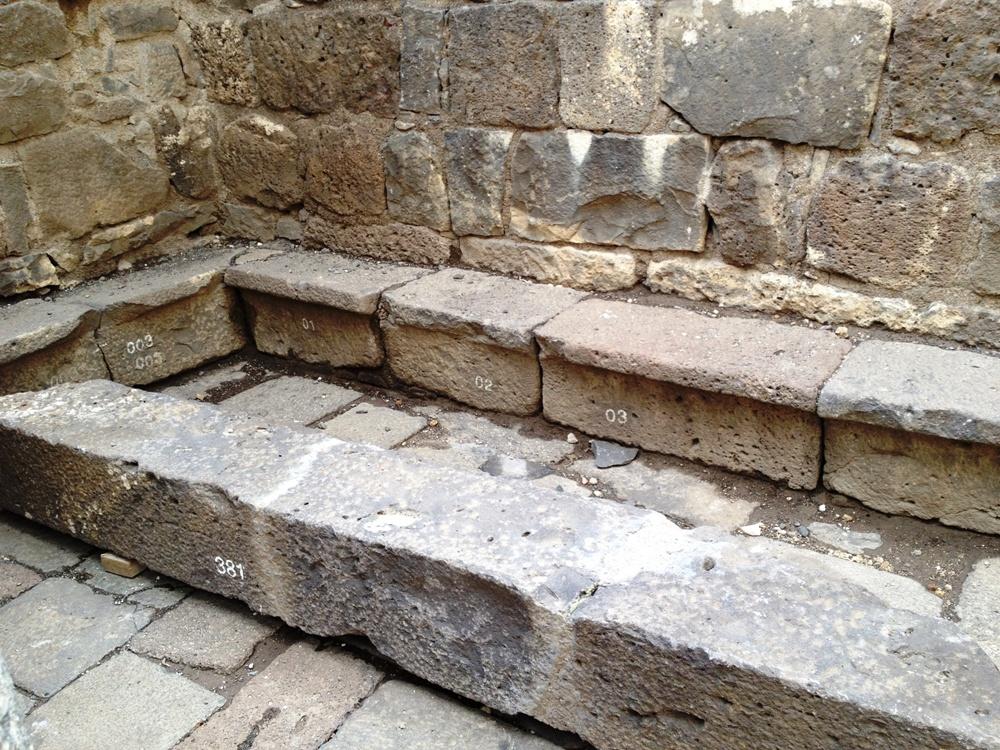 Скамейки вдоль стен синагоги проявляют ее основную цель - дом собрания общины города