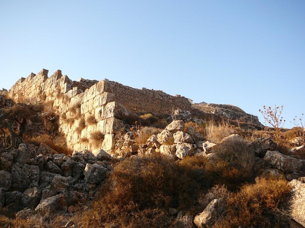 Разрушенные стены монастыря напротив Гиват а-Даган