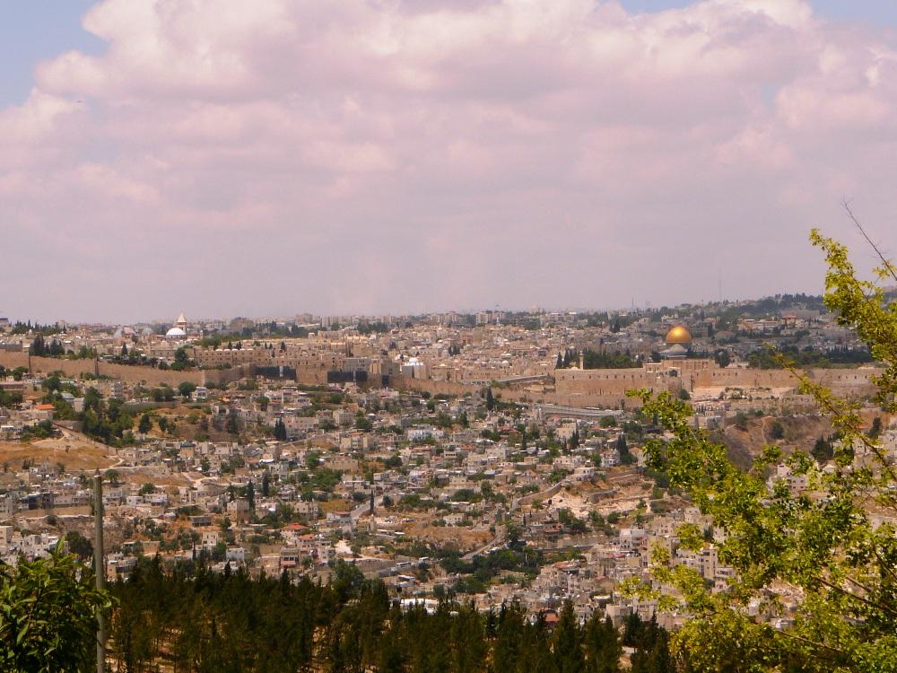 От купола до купола - купол Омара на месте Храма и недавно отстроенная синагога Хурва