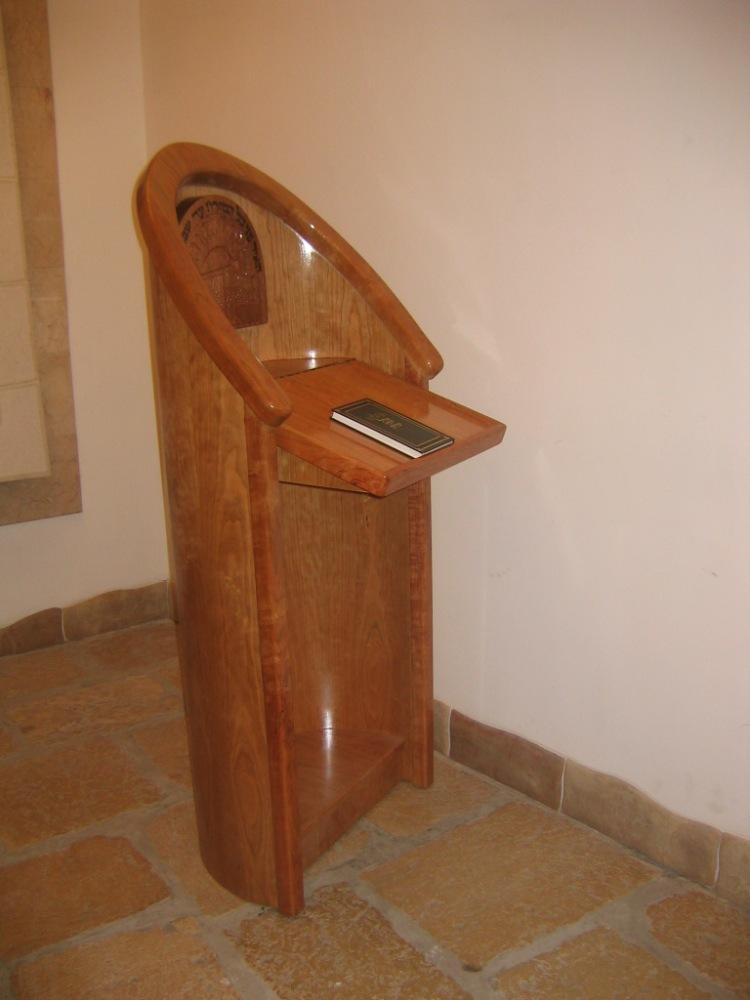 Амуд тфила в синагоге Менуха Рохель