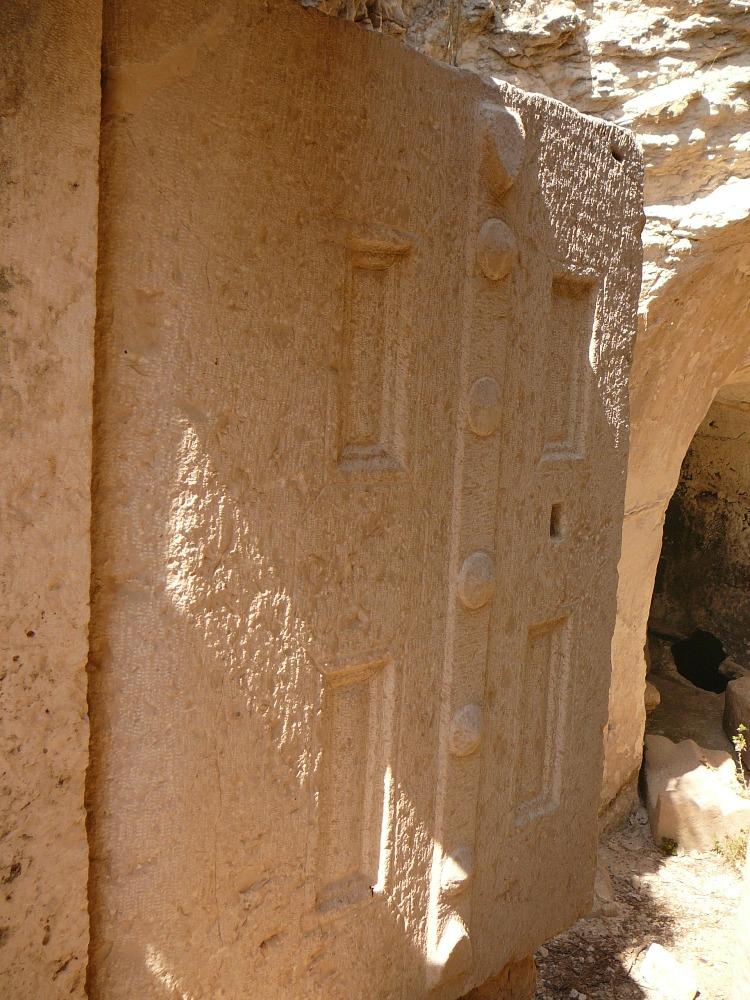 Вход в еврейское захоронение в Бейт Шеариме