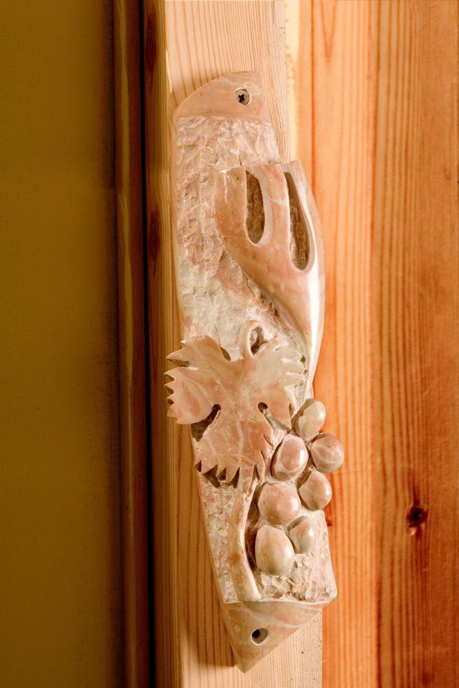 Мезуза с виноградной лозой - символ колена Йеуда