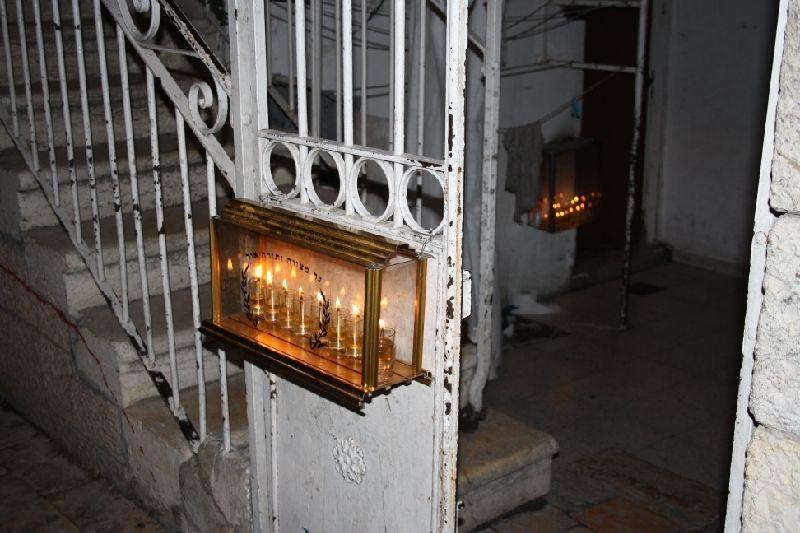 Ханукальные свечи при входе слева - в районе Зихрон Моше