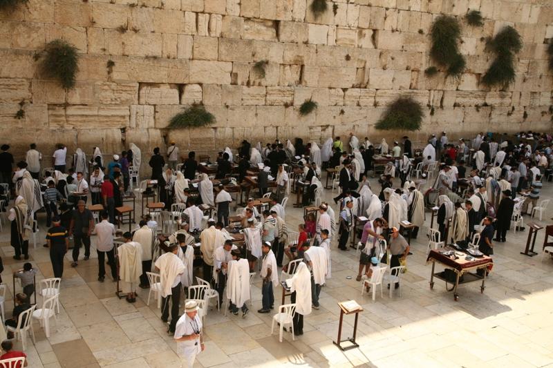 Стена Плача - небольшая часть Западной Стены Храмовой Горы