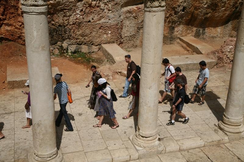 По римской улице Кардо в Еврейском квартале