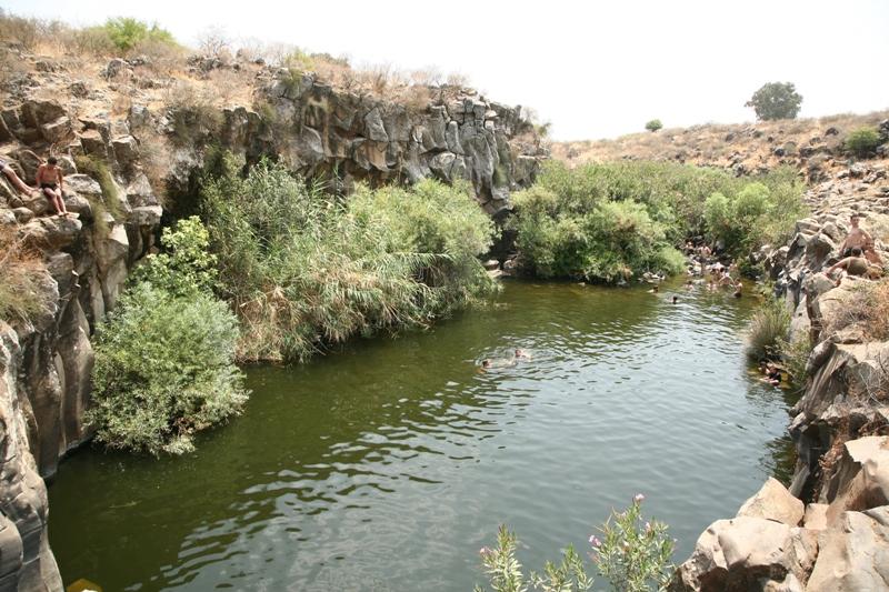 Бассейн шестигранников в ущелье Зевитан