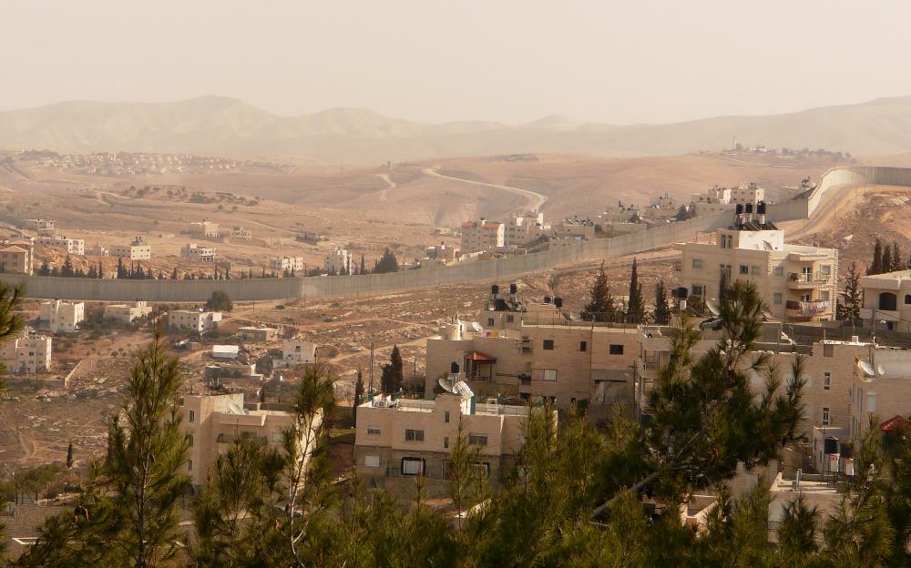 Вид на Иудейскую пустыню и забор размежевания - променада Голдман на Армон а-Нациве