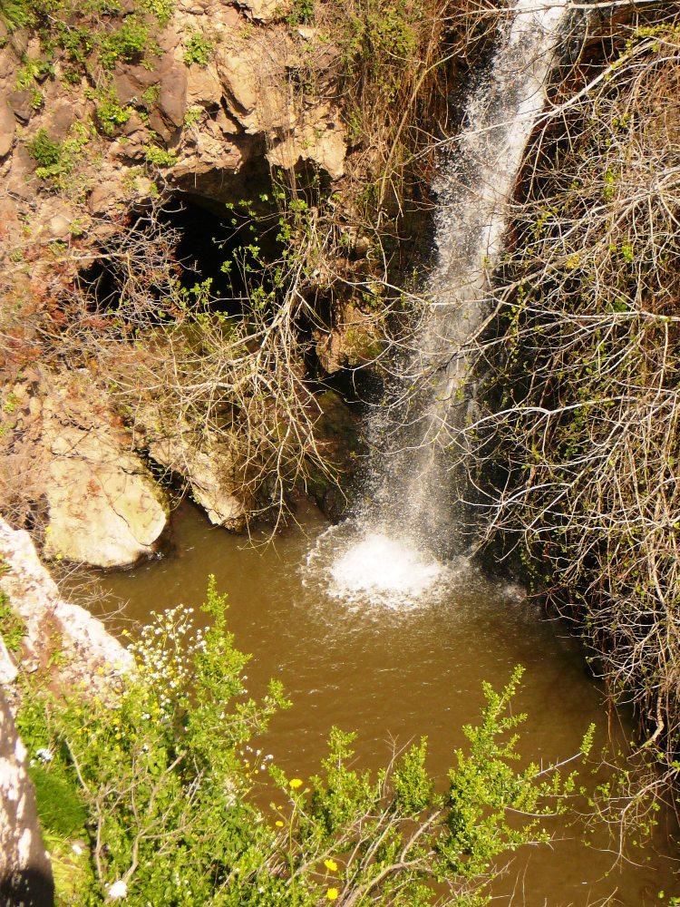 Вода, пещеры и зелень создают здесь райский уголок - водопад Джелабун на Голанских высотах