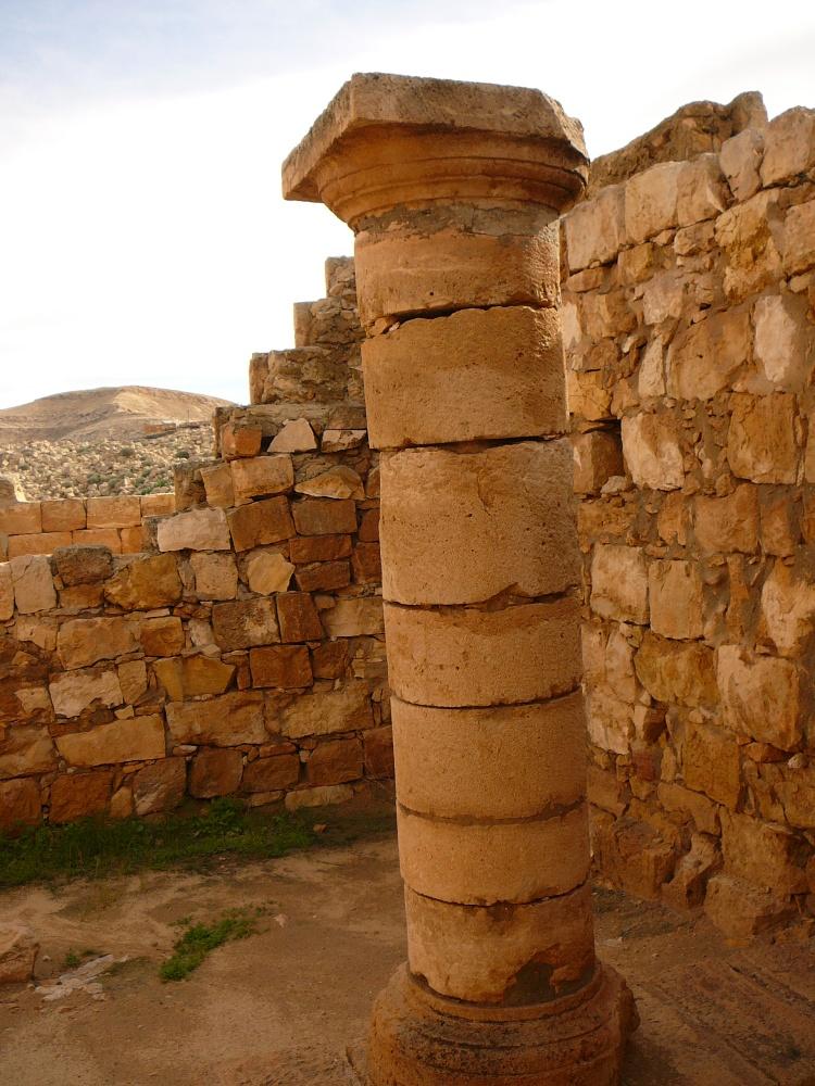Один из реставрированных столбов в Мамшите
