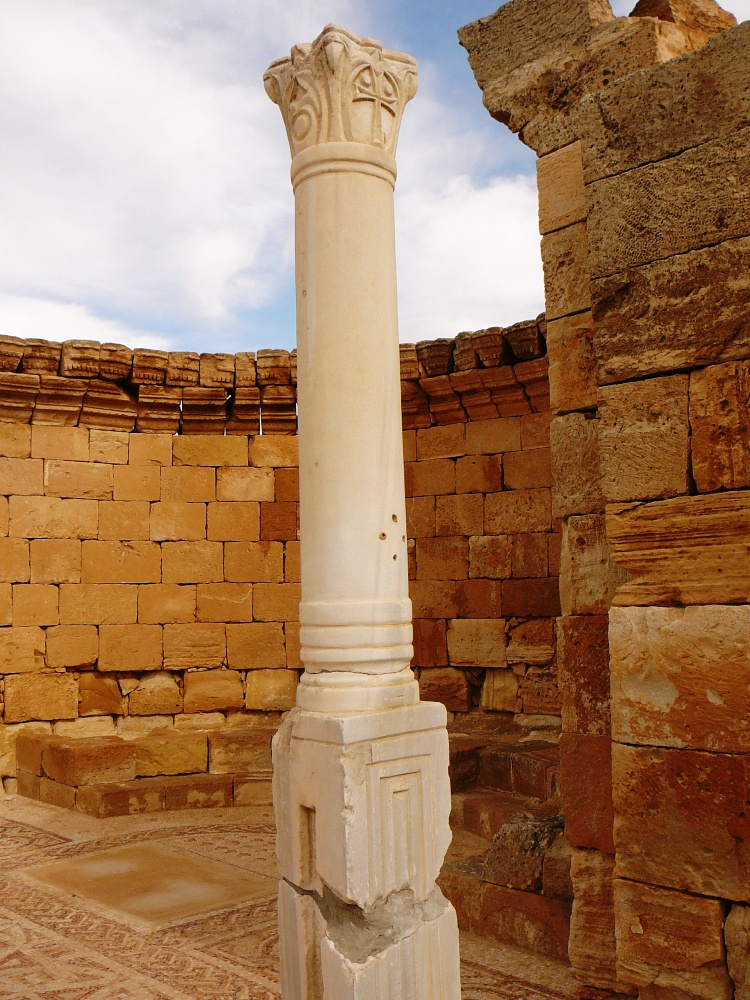 Столбы портика абсиды церкви в Мамшите
