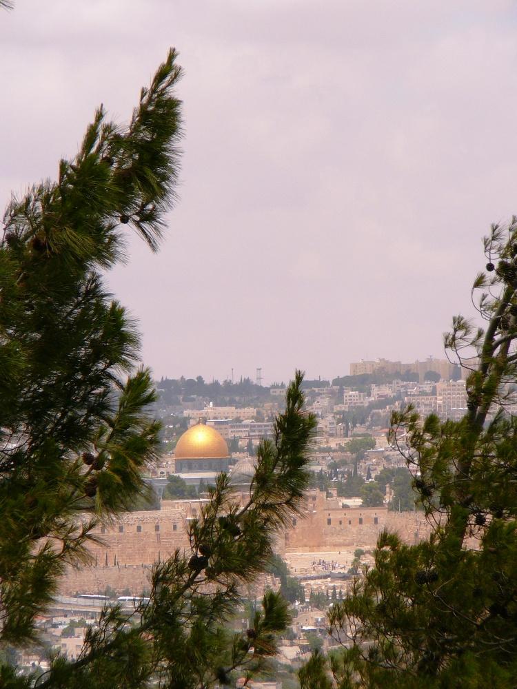 """Купол Омара построен на """"камне основания"""" (краеугольный камень мира) - здесь находился ковчег завета, символ союза Вс-евышнего с еврейским народом"""