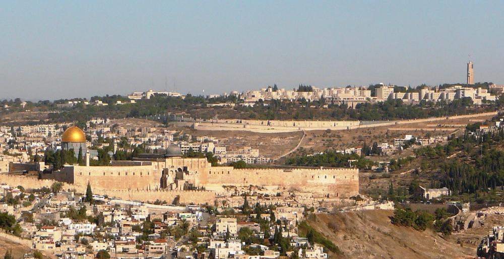 Храмовая Гора на фоне Горы Скопус и еврейского университета
